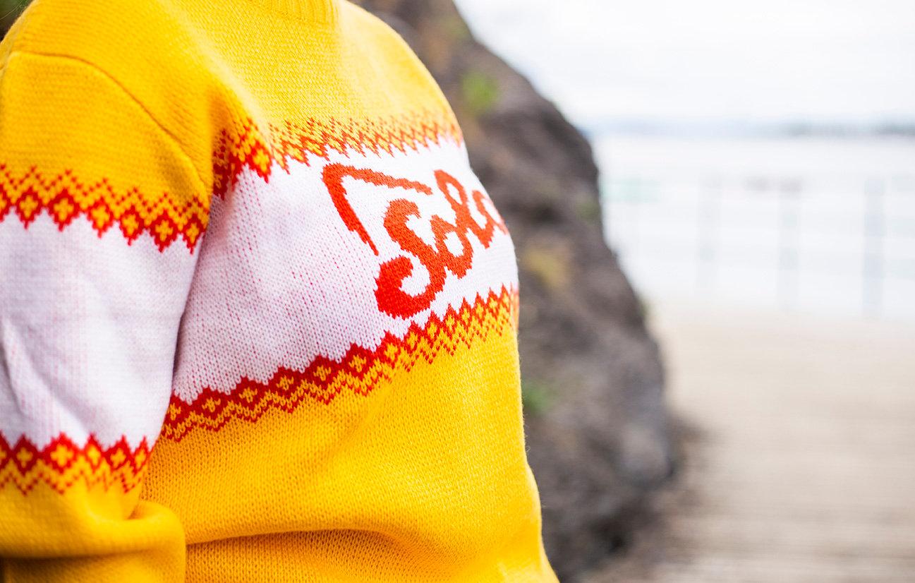 Gul, vit och röd stickad tröja med Solo logo