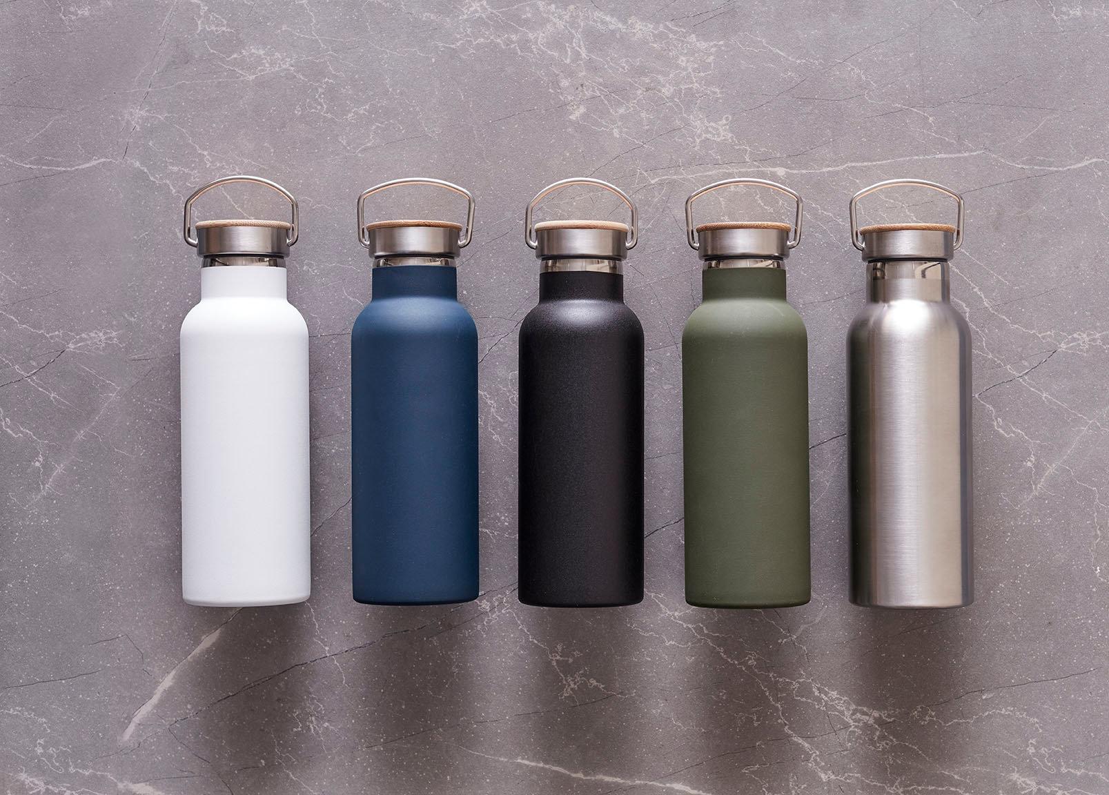 Termosflaskor på rad i vit, blå, svart, grön och metall