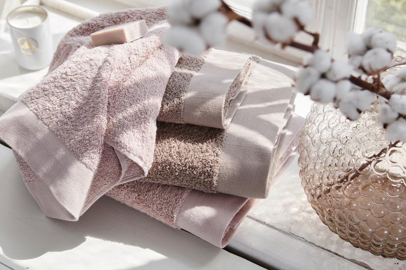 Handdukar i rosa och brunt.