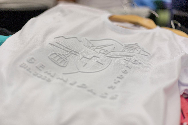 upphöjt tryck i vitt på vit t-shirt