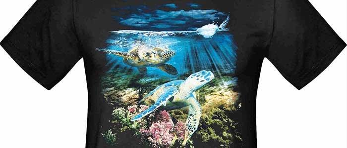 svart t-shirt med tryck med motiv under havsytan