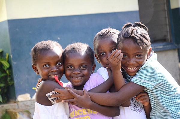 Glada barn från SOS Barnebyer som kramas