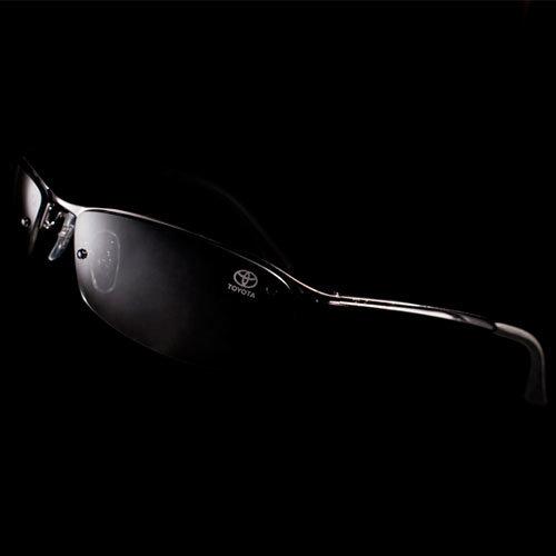 Solbriller med diskré Toyota logo.